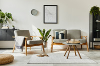 Retro kreslá a okrúhly stolík vo svetlej obývačke