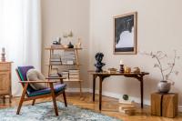 Retro kreslo a stolík s drevenými dekoráciami