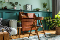 Drevená stolička a písací stôl v retro štýle