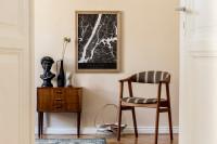 Drevená stolička a nízka retro komoda s dekoráciami
