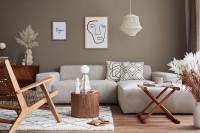 Drevené dekorácie a svetlá pohovka v hnedosivej obývačke