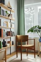 Retro stolička s podrúčkami a police s knihami