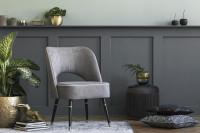 Čalúnená stolička v sivej glamour obývačke