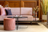 Elegantná ružová pohovka a okrúhly kovový stolík