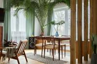 Drevený jedálenský stôl a stoličky v retro štýle