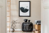 Čierny stolík a dekorácie v škandinávskom štýle