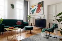 Dizajnová zelená pohovka a súprava konferenčných stolíkov v retro obývačke