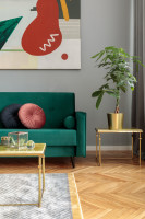 Zelená retro pohovka a zlatý odkladací stolík
