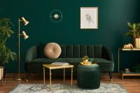 Zlatý stolík a stojanová lampa v tmavozelenej obývačke