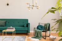 Smaragdová pohovka a zlatý stolík v retro štýle