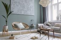 Ratanové kreslo vo svetlej škandinávskej obývačke