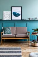 Svetlá pohovka v kontraste s modrou stenou a dekoráciami