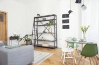 Knižnica s kovovým rámom v malej obývačke