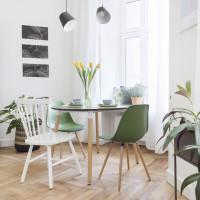 Okrúhly jedálenský stôl s bielymi a zelenými stoličkami