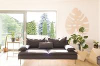 Moderná pohovka v obývačke s rastlinnou výzdobou