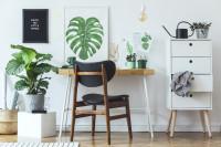 Drevená stolička a písací stôl v bielej pracovni