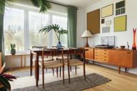 Stôl so stoličkami a nízka komoda v retro jedálni