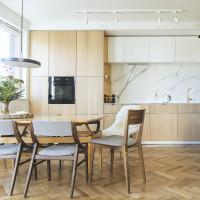 Drevený jedálenský stôl a stoličky v prírodnej kuchyni