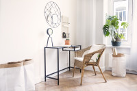 Pracovný kút s jednoduchým písacím stolom a nástenkou