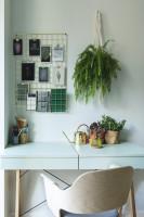 Malý písací stôl vo svetlej škandinávskej pracovni
