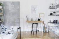 Drevený písací stôl v bielej škandinávskej obývačke