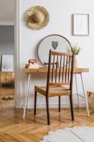 Drevený písací stôl a stolička v bohémskej pracovni