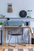 Kovová stolička a drevený stôl v škandinávskom štýle