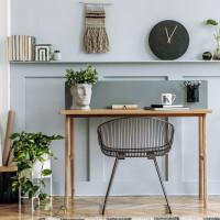 Drevený stôl a kovová stolička v škandinávskej pracovni