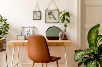 Hnedá stolička a drevený písací stôl v škandinávskom štýle