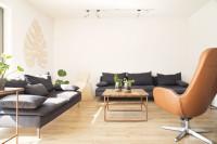 Otočné kreslo v obývačke s rastlinnými dekoráciami
