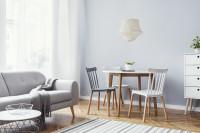 Drevený jedálenský stôl a stoličky v škandinávskej obývačke