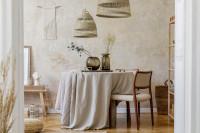 Okrúhly stôl s ľanovým obrusom v bohémskej jedálni