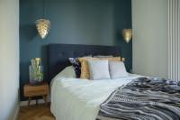 Manželská posteľ s čalúneným čelom v malej spálni