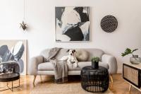 Svetlá pohovka a kovový stolík v čierno-bielej obývačke