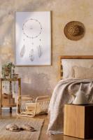 Drevená posteľ a prírodné doplnky v bohémskej spálni