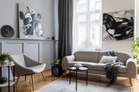 Svetlá pohovka a kreslo v škandinávskej obývačke
