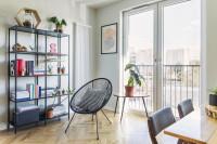 Ľahký kovový nábytok v štýlovej škandinávskej obývačke