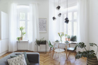 Okrúhly jedálenský stôl vo svetlej škandinávskej obývačke