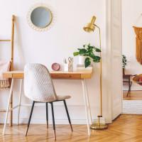 Drevený písací stôl a čalúnená stolička v dámskej pracovni