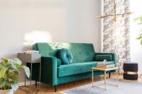Zelená retro pohovka a kovový stolík