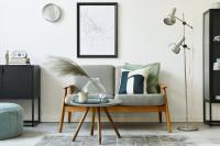 Svetlá pohovka a okrúhly stolík v škandinávskom štýle