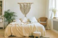 Pohodlná posteľ v bielej bohémskej spálni