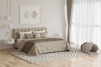 Čalúnená manželská posteľ v béžovej spálni