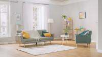 Sivá pohovka a kreslo vo svetlej obývačke