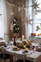 Jedáleň v béžových farbách s vianočnými dekoráciami