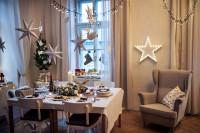 Béžové kreslo v jedálni s vianočnou výzdobou