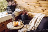 Ratanové kreslo s dekou a okrúhly príručný stolík