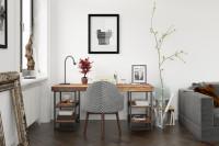 Industriálny písací stôl a čiernobiela stolička