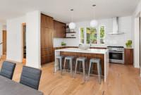 Barové stoličky v modernej hnedo-bielej kuchyni