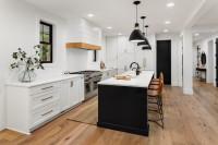 Čiernobiela kuchyňa s koženými barovými stoličkami